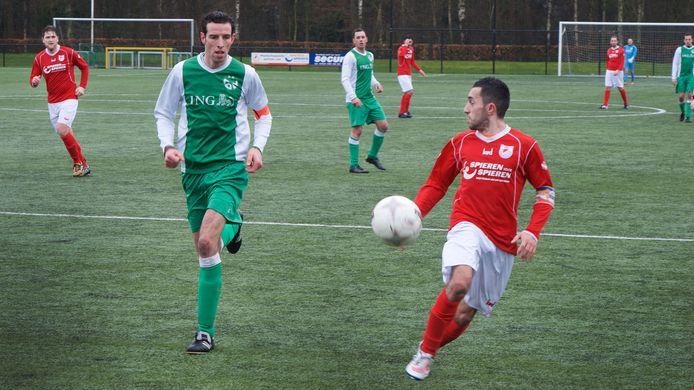Can Zeki (rechts), hier nog in het shirt van Dierensche Boys, was trefzeker voor SC Rheden in het toernooi om de Rheden Cup.