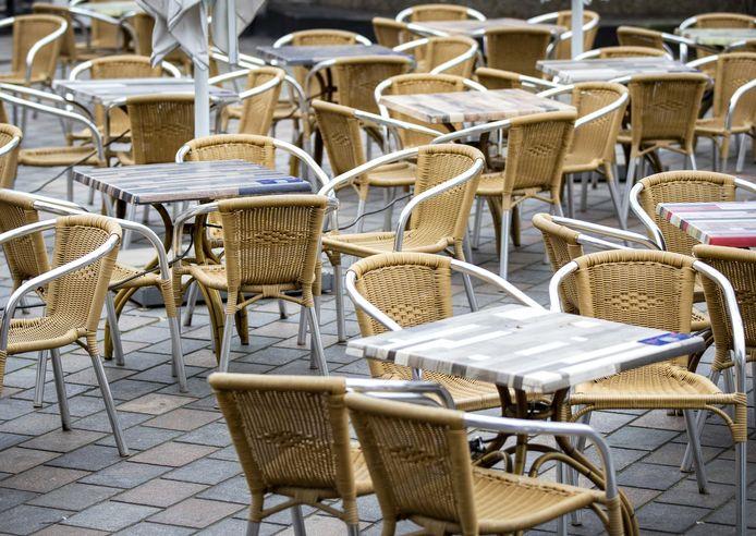 Foto ter illustratie:  De burgemeester van Kampen, Bort Koelewijn, pleit ervoor om terrassen zo snel mogelijk open te gooien. ,,Als ze dicht blijven, gaan mensen toch dicht op elkaar zitten in bijvoorbeeld parken. En dan is er nauwelijks iets te regelen.''