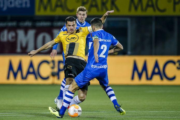 Bram van Polen probeert NAC-speler Menno Koch van de bal te krijgen.