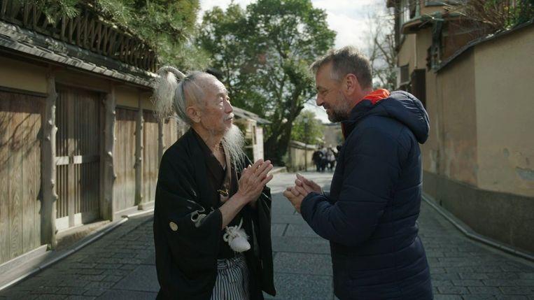 Tom Waes was enorm onder de indruk van Japan en wilde er graag nog eens naartoe. Ondanks het racisme dat hij af en toe heeft ervaren. 'Het is onwaarschijnlijk om te zien hoe hard de Japanners in hun eigen taal, cultuur en gebruiken blijven hangen.' Beeld VRT