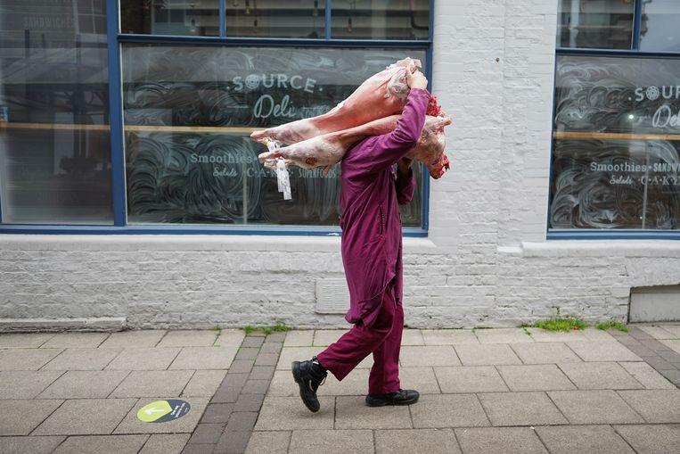 Een slager zeult met een karkas in York. Beeld Getty Images