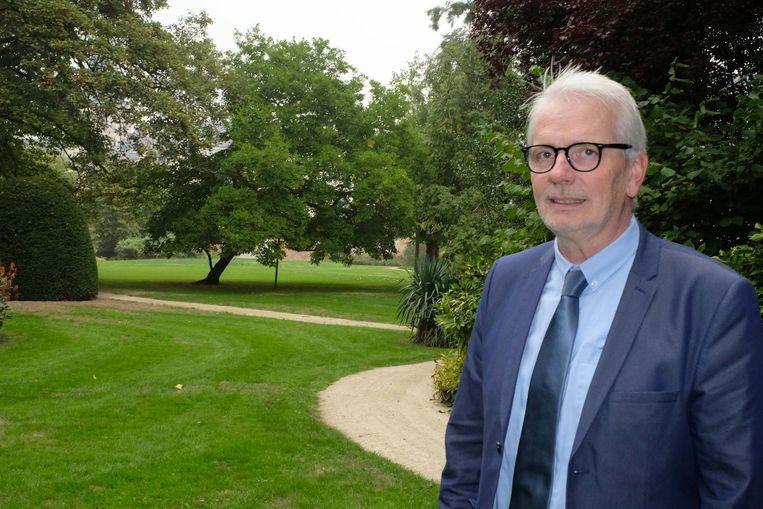 Gedeputeerde Jan De Haes in de aartsbisschoppelijke tuin.