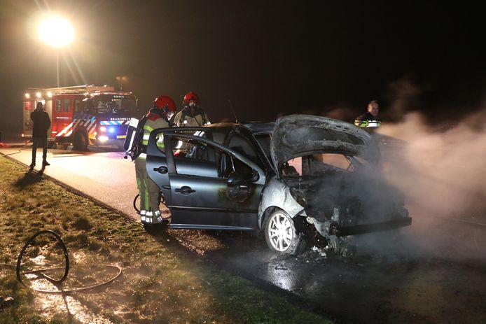 De auto sloeg in brand tijdens het rijden op de A6 tussen Nagele en Emmeloord.