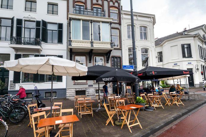 Arnhem, 30 april 2021. Cafe Vrijdag heeft onenigheid met buren over hun terassen. 216764 . dgfoto . Foto: Gerard Burgers