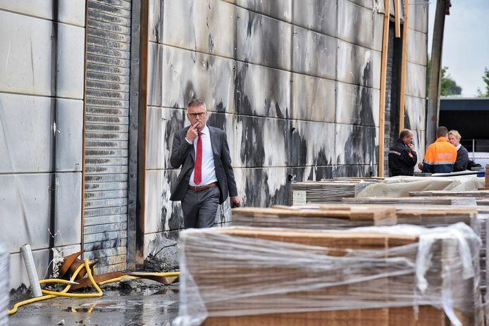 Burgemeester Hans Janssen van Oisterwijk bij aanmaakblokjesfabriek Fire-Up. Op de achtergrond overlegt Fire-Up directeur Kees van Opstal (rechts) met brandweercommandant Sasbout Korting.