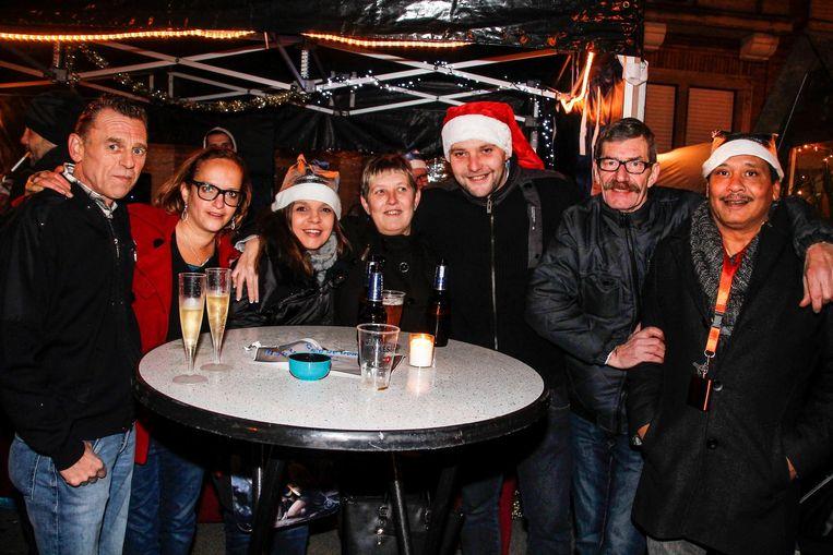 Samen genieten van een drankje op de kerstmarkt