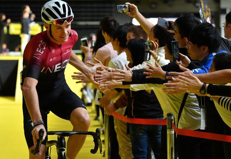 Chris Froome begroet toeschouwers na de presentatieceremonie in Saitama, Japan. Beeld AFP