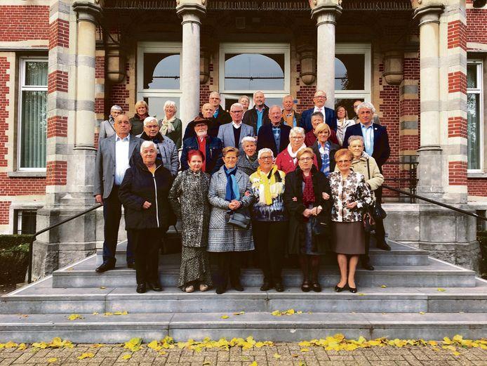 De 75 jarigen samen op de trappen van het gemeentehuis.