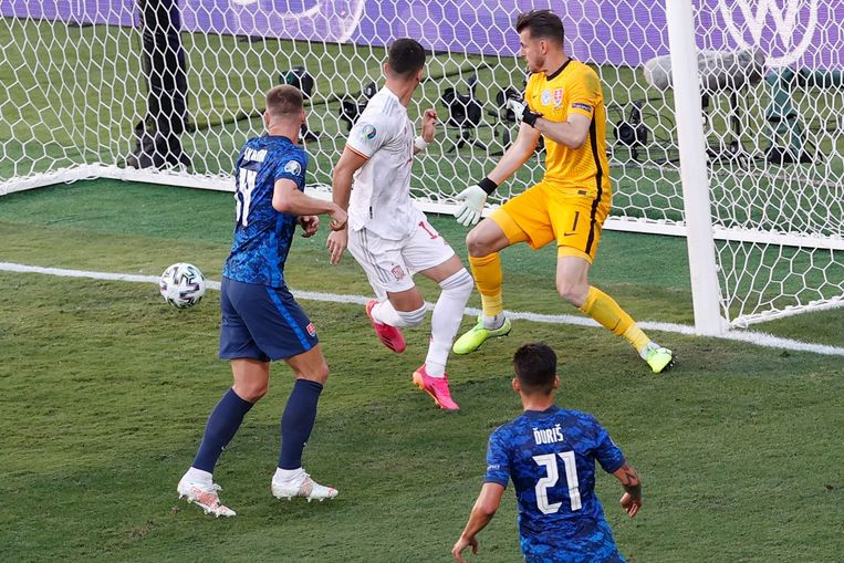 Ferran Torres scoorde voor Spanje met een knappe bal achter het standbeen langs.  Beeld AFP