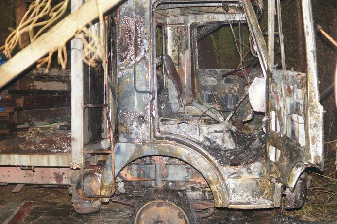 De voorzijde van de vrachtauto is volledig uitgebrand.