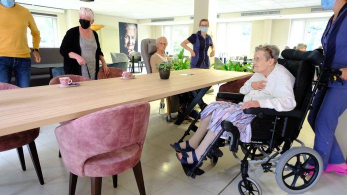 Ook bewoners in een rolstoel kunnen plaatsnemen aan de nieuwe tafel in de opgefriste brasserie Parkzicht van WZC Sint-Carolus