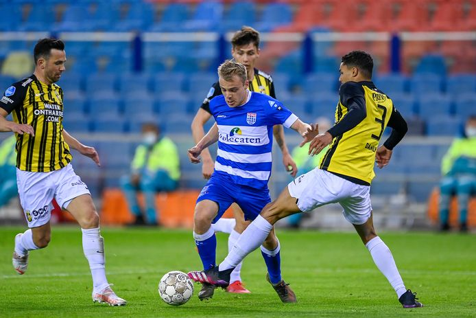 PEC Zwolle-speler Thomas van den Belt (midden) blijft overeind in het duel met Vitesse.