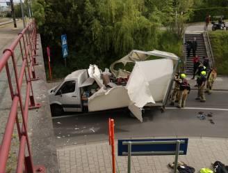 Bestuurder rijdt bestelwagen aan flarden tegen plafond van spoortunnel