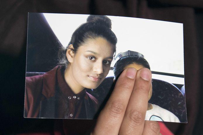 Renu, de oudste zus van het Britse meisje Shamima Begum, houdt een foto van haar zus vast.