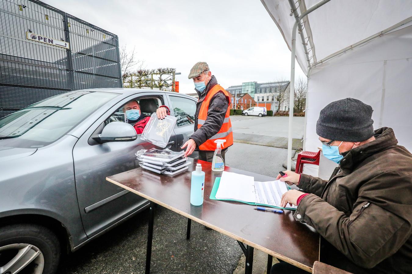 In Beernem werd het jaarboek van de heemkring afgehaald in een drive-in.