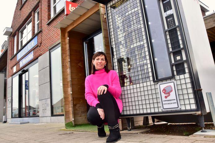 Isabel Devooght bij haar broodautomaat die op Pasen opnieuw gesaboteerd werd.