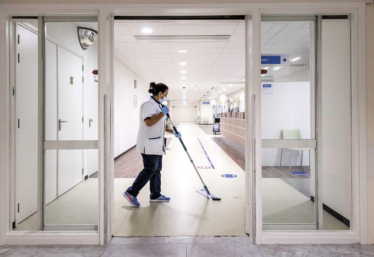 Een medewerker van de schoonmaakafdeling tijdens haar nachtdienst in het Westeinde Ziekenhuis. Het UWV denkt dat het aantal banen in de schoonmaaksector dit jaar zal afnemen. Beeld ANP