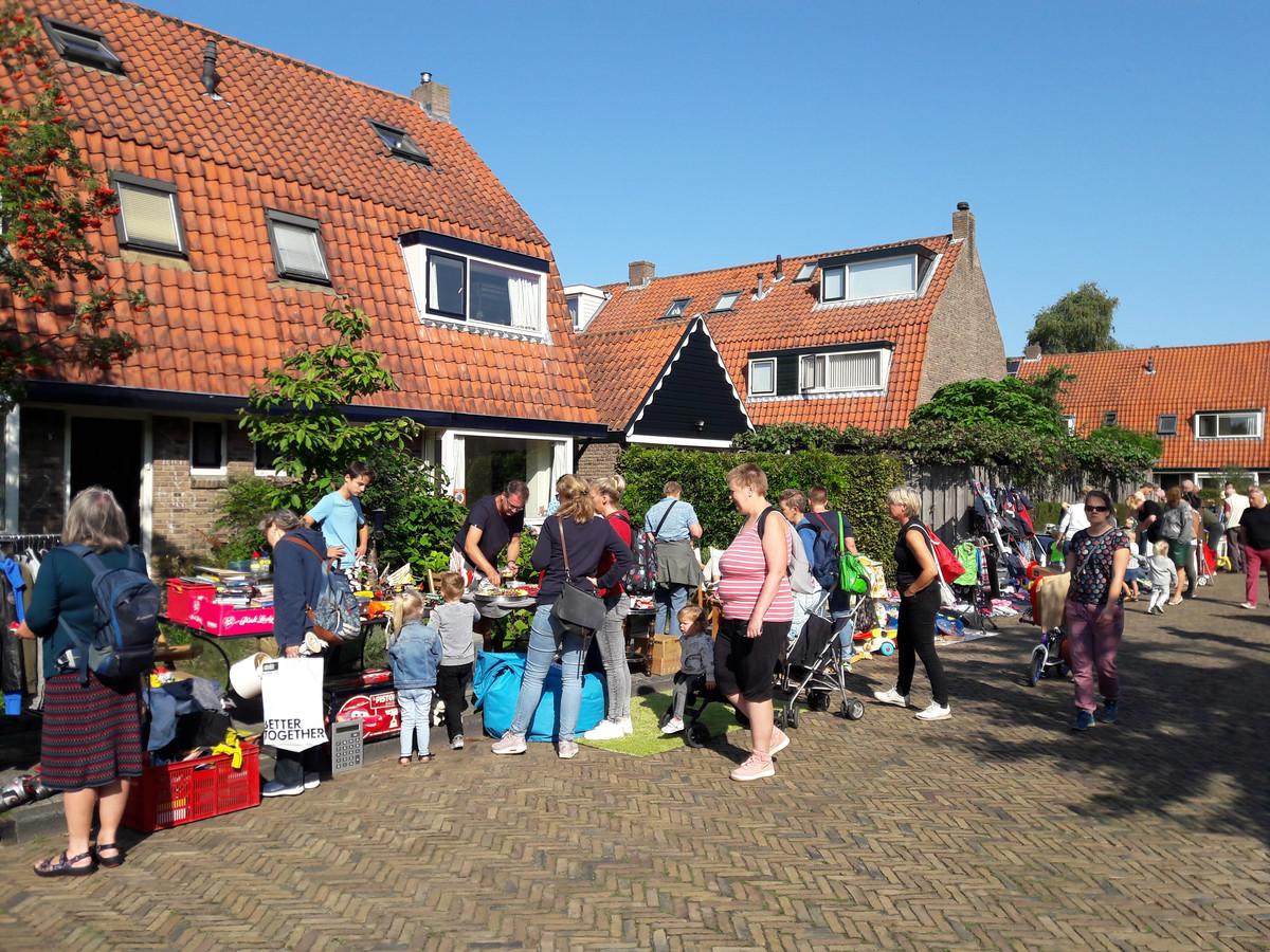 De rommelmarkt in het Vermeerkwartier staat steevast garant voor gezelligheid in de buurt.