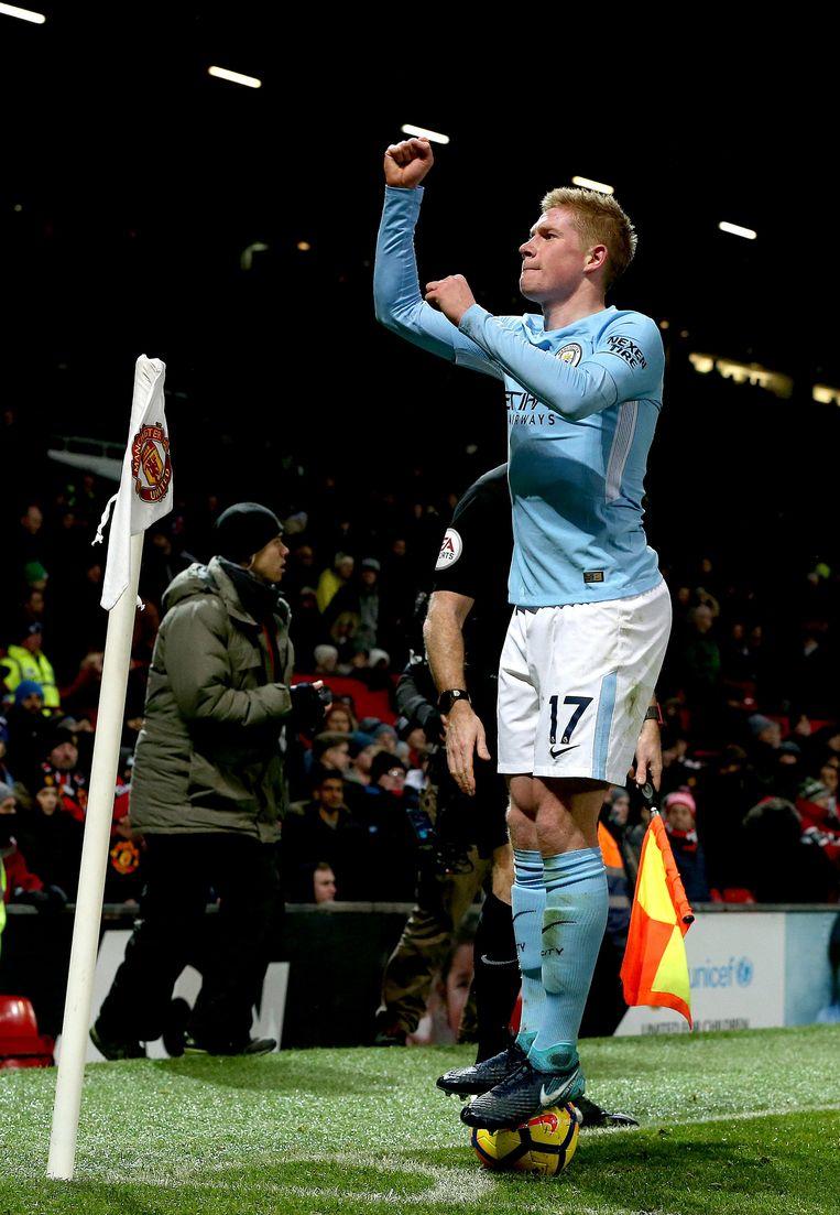 Kevin De Bruyne gaat triomfantelijk op de bal staan na de verdiende overwinning van City in Old Trafford. Beeld EPA