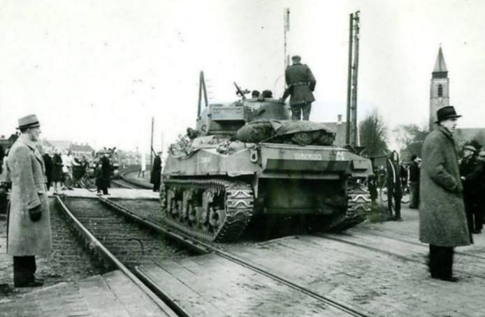 De lang verwachte bevrijders arriveren in Wierden op 9 april 1945.