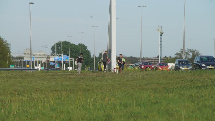 De spontane herdenking, vlak de plek van het ongeval langs de A1 bij Deventer.