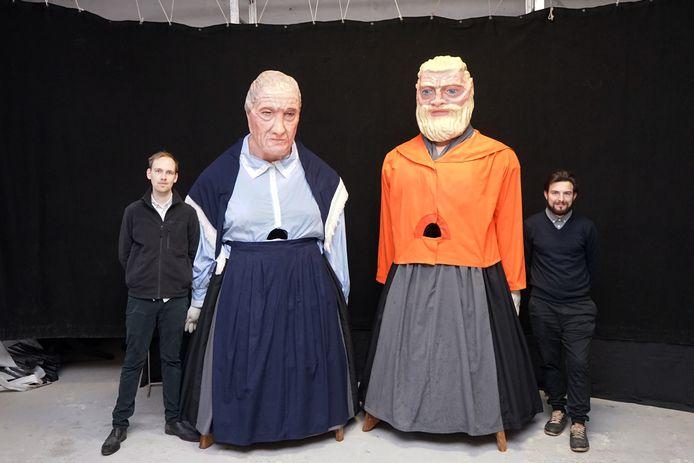 Jasper Van Hoey en Michael Van Hoyweghen bij de gerestaureerde reuzen Philomena en Celest.