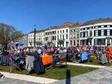 Grote groep mensen bouwt illegaal terras op IJsselkade Zutphen als statement tegen coronamaatregelen: burgemeester grijpt in