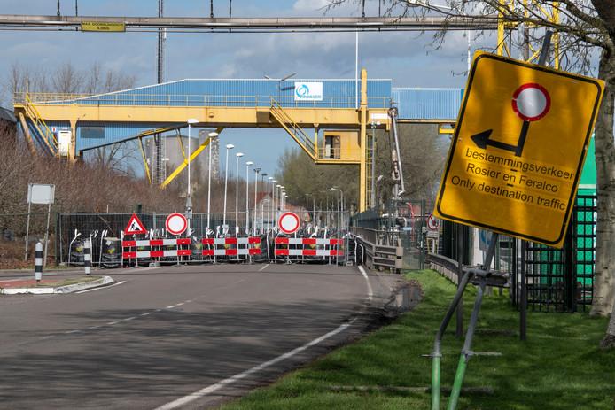De bij kunstmestfabriek Rosier afgesloten Westkade bij Sas van Gent.