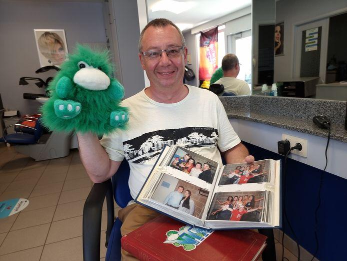 Kapper Marc Dekegel met zijn foto-albums én Tien Om Te Zien-mascotte Amedee in zijn kapsalon in Halle.