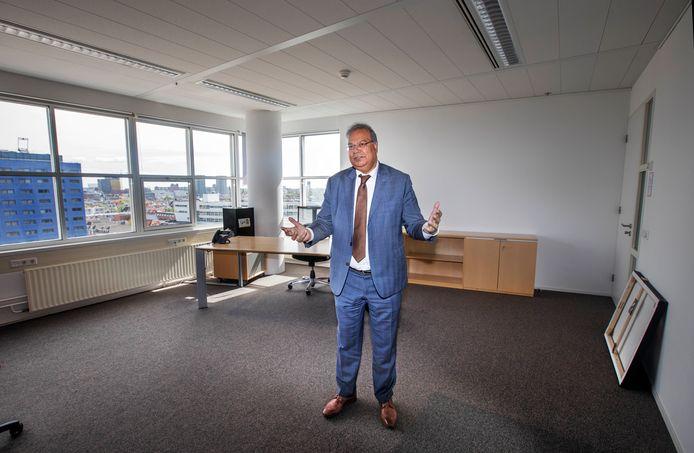 Rabin Baldewsingh in zijn lege werkkamer op het Haagse stadhuis.