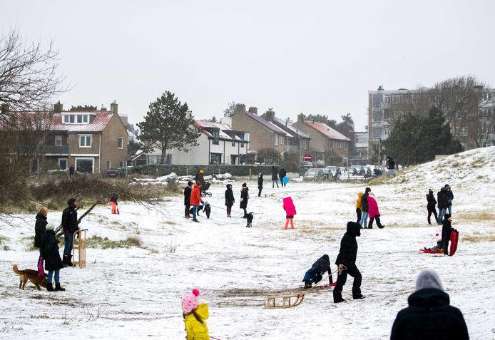 Kinderen spelen in de sneeuw in Zandvoort.