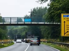 Nazi-sympathisanten plaatsen zwarte kruizen bij plaatsnaamborden in Twente, racistische leuzen op muur in Overdinkel