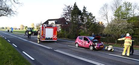 Auto botst op tractor in Kamperveen
