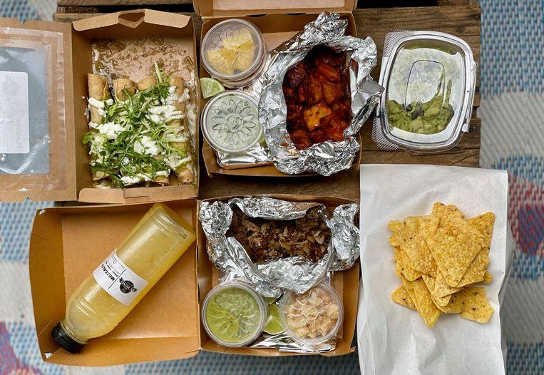 De taco's worden geleverd als bouwpakketje. Beeld Monique van Loon