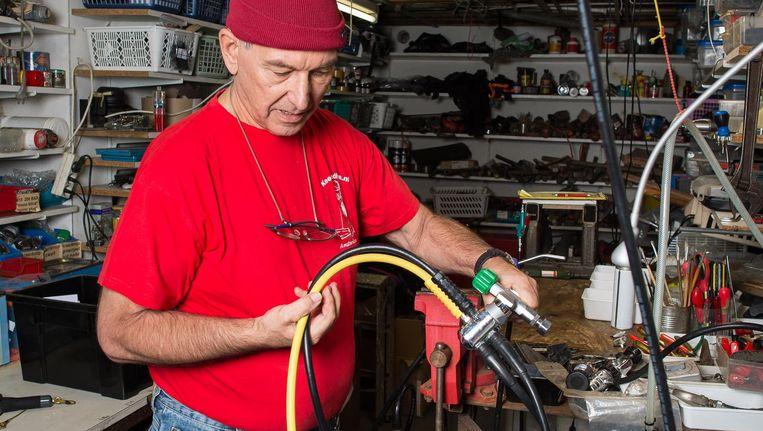 Kees Manders in de werkplaats van Keesiedive. 'Onzin verkopen we hier niet' Beeld Mats van Soolingen