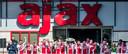Ajax viert feest op het bordes van de Johan Cruijff Arena.