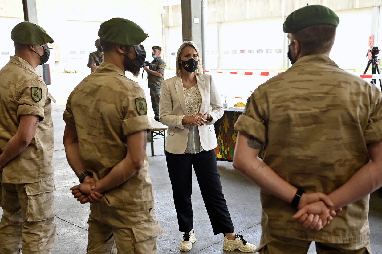 Minister van Defensie Ludivine Dedonder in gesprek met soldaten eerder deze maand Beeld BELGA