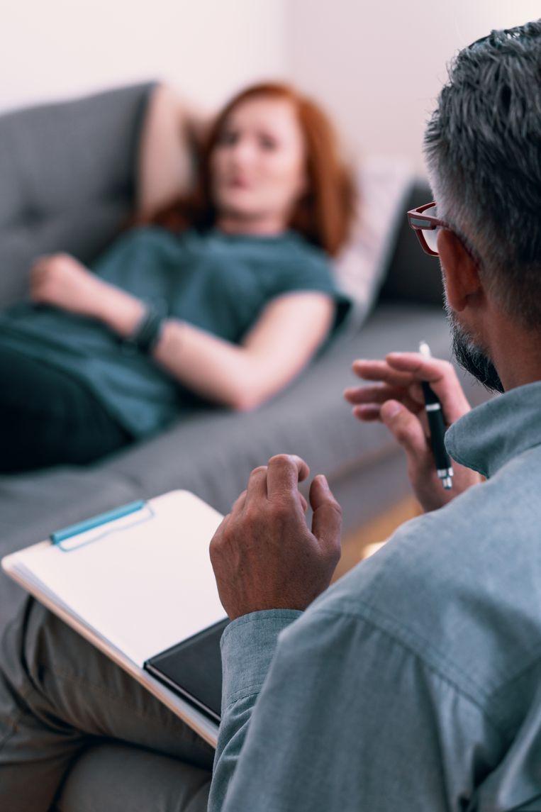 """Een vrouw op bezoek bij de psycholoog. """"Elk consult dient aangerekend te worden aan 55 tot 74 euro. Veel geld? Ja en neen."""" Beeld Thinkstock"""