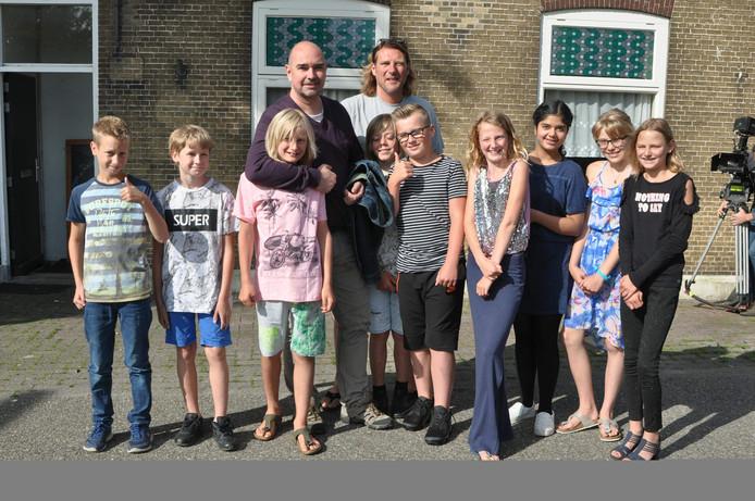 Samen met meester Bram van der Have gingen de leerlingen op de foto met acteur Cees Geel.