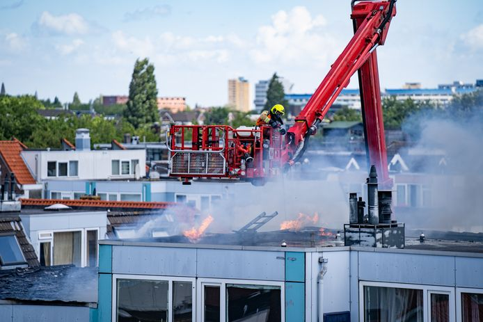 De uitslaande brand in de Ruilstraat ging gepaard met een grote rookontwikkeling.