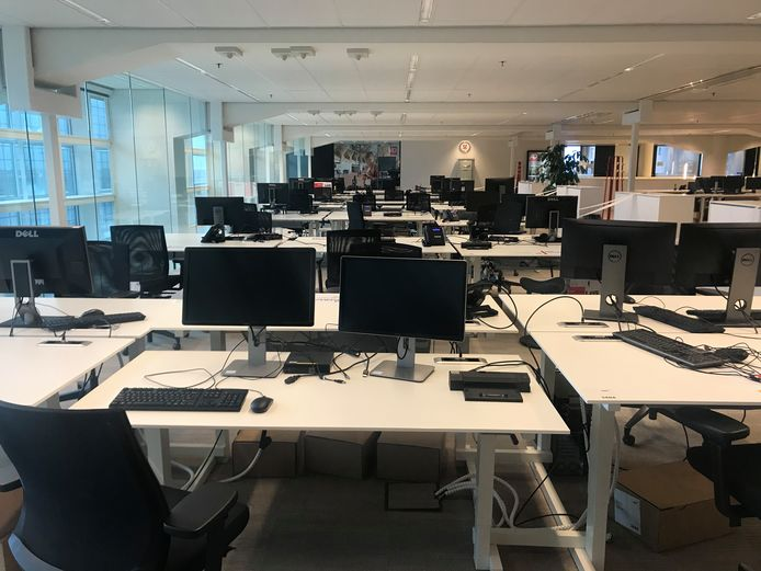 De hele redactie van het AD Rotterdams Dagblad is leeg.