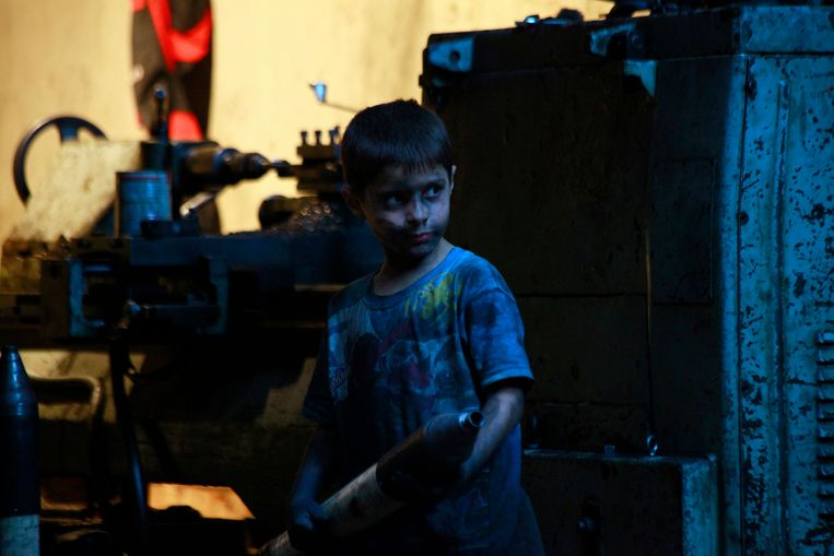Issa, 10 years old, carries a mortar shell in a weapons factory of the Free Syrian Army in Aleppo, September 7, 2013. Issa works with his father in the factory for ten hours every day except on Fridays. REUTERS/Hamid Khatib (SYRIA - Tags: POLITICS CONFLICT CIVIL UNREST) Beeld REUTERS