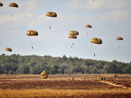 Parachutisten oefenen voor Airborne-landingen van komende zaterdag