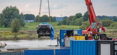 Auto van vermiste man uit Deventer uit de IJssel bij Wijhe getakeld met stoffelijk overschot erin