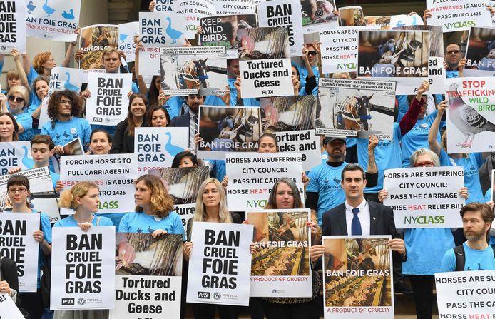 Dierenrechtenactivisten demonstreren in juni van dit jaar in New York voor een verbod op foie gras.