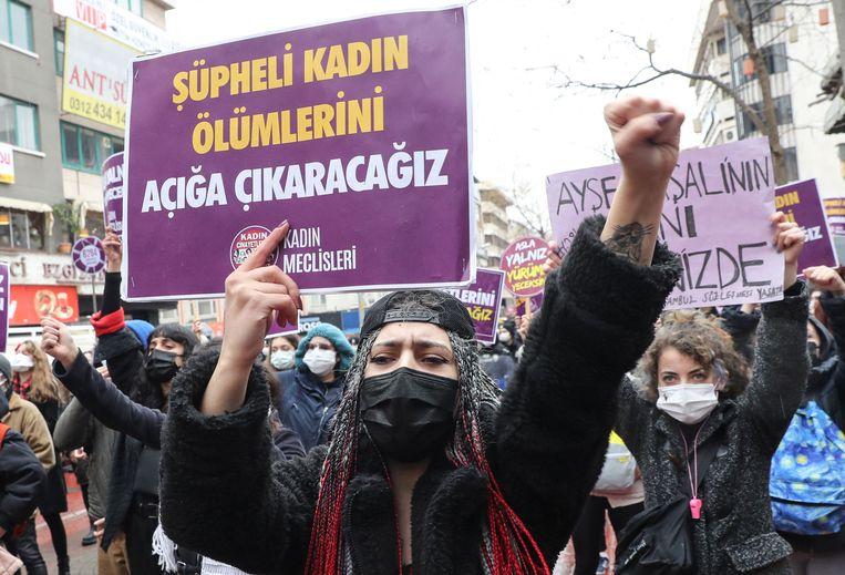 Vrouwen demonstreren in Ankara tegen de Turkse terugtrekking uit de vrouwenrechtenverdrag van Istanbul.  Beeld AFP