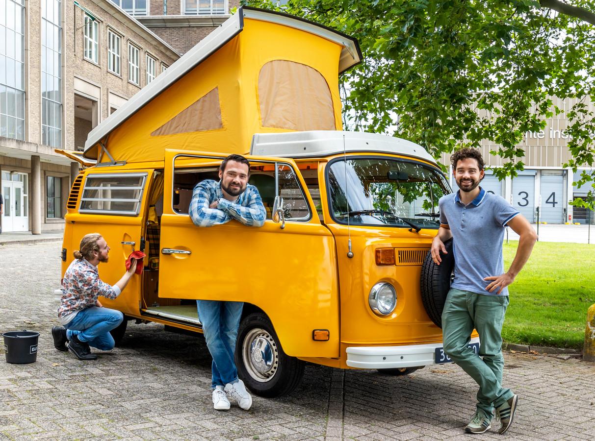 Oprichters van het start-upbedrijf evan, Pjotr Sillekens (rechts) en Erik van Berkel in het midden. Links is operationeel manager Thomas Neijnens het Volkswagenbusje uit 1976 aan het schoonmaken.