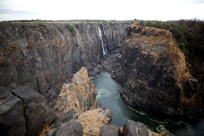 De waterval van Victoria Falls valt droog door de aanhoudende droogte in zuidelijk Afrika. Van de rivier Zambezi is nog maar een zielig stroompje over waardoor er nog maar over een tiental meter water naar beneden stort. Foto REUTERS/Staff