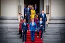 Premier Mark Rutte en koning Willem-Alexander arriveren in oktober 2017 met de ministers op het bordes voor de groepsfoto, na de beëdiging van het nieuwe kabinet Rutte III door de koning.