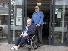 Gestrande Frits en Katie in Nijverdal 'gered' door jongeren, man draagt zijn lintje aan hen op